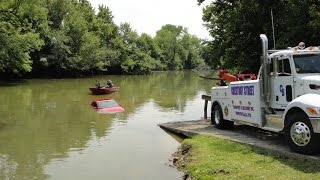 Download Police pull car out of river. Video