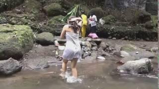 Download mandi di sungai pakai kemben hot Video