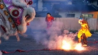 Download 乌冷福建公会龙狮团 舞獅玩鞭炮跳高樁 2013 lion dance with firecrackers & high poles Video