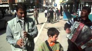 Download Jevget bejn muzik shqip, ata me muzikë kan hecur përpara Video