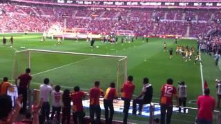 Download GS taraftarları Trabzonsporlu futbolcuları tribüne çağırıyor Video