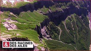 Download Impressionnantes falaises et cascades au cirque du Fer-à-Cheval Video