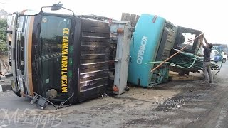 Download Excavator Accident Kobelco SK200 Fuso Self Loader Truck Heavy Recovery Video
