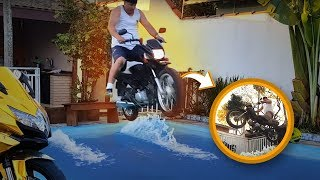 Download PULEI DE MOTO NA PISCINA Video