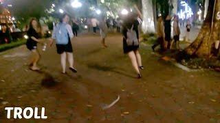 Download Cận cảnh 2 bạn gái bị troll chạy như vận động viên... xin lỗi 2 bạn nhé! Video