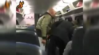 Download Man flipt in trein voor zwart rijden Video