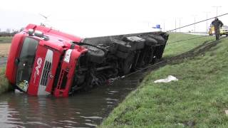 Download Vrachtwagen te water langs N242 in Alkmaar door losgeschoten stuurstang Video