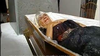 Download De arrepiar: conheça a história de uma mulher que mora em um cemitério Video