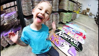 Download 5 YEAR OLD PICKS OUT NEW SKATEBOARD SETUP! Video