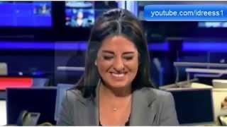 Download مذيعة لبنانية تنهار من الضحك أثناء تقديم نشرة الأخبار بسبب عطسة لأحد معدي القناة على الهواء Video