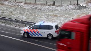 Download Verkeershinder op de A1 bij Enter door slippende auto Video