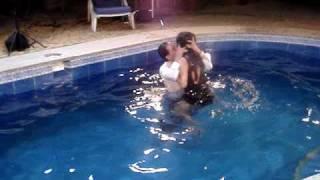 Download Cuento sin hadas - En la piscina Ricardo Briones y Chiquinquira Delgado Video