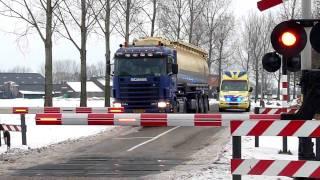 Download Ambulance 08-113 met spoed (Vast voor spoorbomen) Video