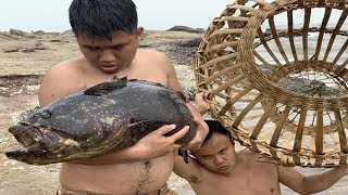 Download Primitive Technology with Survival Skills Giant fish trap in the wild beach (looking for food) Video