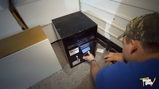 Download Finding Abandoned Safe While Dumpster Diving - After Christmas DAY Trash Picking! Video