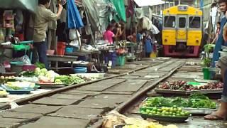 Download 傳說中的泰國鐵道市場(Thailand Maeklong Railway Market, ตลาดแม่กลอง) を走る列車~タイ メークロン市場にて Video