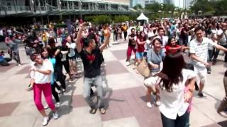 Download Kylie Dance Squad - The Locomotion @ KLCC for F1 Rocks! Video