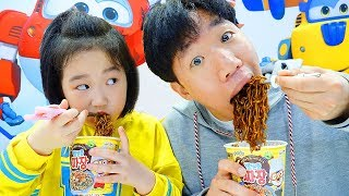 Download 보람이랑 또치랑 뽀로로 짜장면 먹고 숨바꼭질 놀이도 해요 Boram and Ddochi Pororo Black Noodle Video