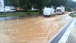 Download wie eine straße innerhalb von 5 minuten zu einem fluss wird #überschwemmung Video