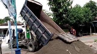 Download Truk Besar PengAngkut Pasir Sedang Beraksi - Truk Kontruksi Video