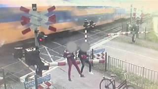 Download Spoorvandalen trekken spoorboom kapot Video