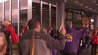 Download O'Hare airport service workers to strike for $15 an hour Video
