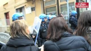 Download Renzi, contestatore in platea lo interrompe: ″Benvenuto nella terra trivellata dal tuo Sblocca Itali Video