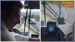 Download Le chauffeur de bus s'arrête au milieu de la route, quand les passagers comprennent... Video