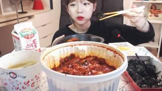 Download 슈기 이사오고나서첫먹방! 엽기떡볶이매운맛+치즈추가+주먹밥 먹방!! 슈기♬ Mukbang Video