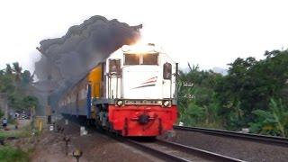 Download Kereta Api Ngebul - Mengeluarkan Asap Keren Banget (Video Kereta Api Indonesia Terbaru) Video