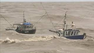Download Increíble video 2 Barcos de pesca en los mares muy agitados Video