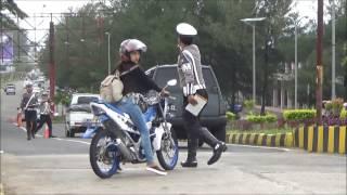 Download Lihat Nih Aksi Greget Emak - emak Kabur dari Razia Polisi Video