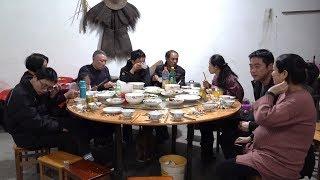 Download 正月初二,娘家人来家里做客,满满一桌菜全扫光,今日大厨是谁? Video