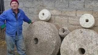 Download Majstor Ferid obrađuje mlinsko kamenje Video