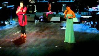 Download GIỮA ĐÔI BỜ XA CÁCH - Uyên Linh, Thanh Lam, Hà Linh (Cầm tay mùa hè - 19/06/2011) Video