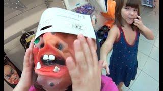 Download Halloween Dia das Bruxas pai filhas loja máscaras abóboras brincando pegadinha Brinquedos Toys Kids Video