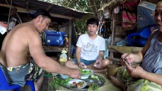 Download ตำบักหุ่ง ปิ้งปลาไหล ไข่มดแดง แก่งไก่ใส่วุ้นเส้น กินข้าวเที่ยงกับพ่อแม่ Video