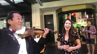 Download 墨尔本街头演出与一个歌手的互动/The interaction between a singer and a street performance in Melbourne Video