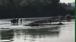 Download Migranti pješke prelaze Drinu kod Zvornika Video