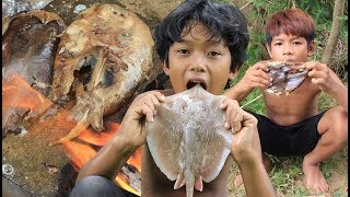 Download Primitive Technology - Grilled stingray on a rock - eating delicious Video