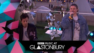 Download Mark Ronson performs Don't Leave Me Lonely with YEBBA in acoustic session at Glastonbury 2019 Video