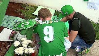 Download العائلات البرازيلية تبكي ضاحيا حادثِ تحطمِ الطائرة في كولومبيا Video