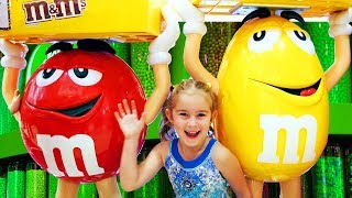 Download Melissa doing shopping at the supermarket Dubai Mall and buys presents for friends Video
