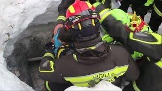 Download Ocho rescatados de hotel sepultado por alud en Italia Video