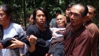 Download Công An đàn áp Phật Giáo Hoà Hảo - Một cư sĩ PGHH rạch bụng phản đối chính quyền Video