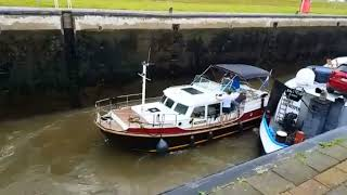 Download Jacht in problemen door schroefwater binnenvaartschip in sluis Video