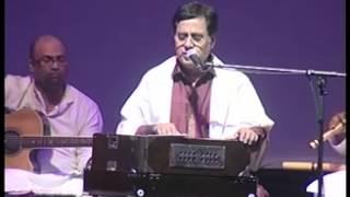 Download Jagjit Singh Live Aah Ko Chahiye Introduced by Gulzar Video