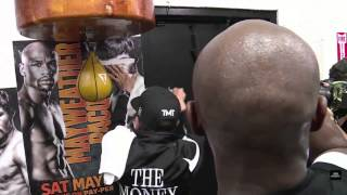 Download Mayweather going as fast as he can on the speed bag Video