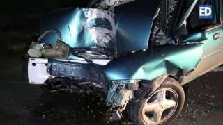Download Brandweer haalt zwaargewonde man uit auto na botsing tegen boom in Bladel Video