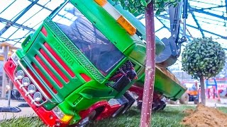 Download CRASHED SCANIA RC truck gets recovered! Big ACTION at RC-Glashaus! Video